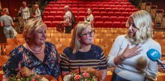 Ei rørt kronprinsesse Mette-Marit (t.h.) etter Riksteatrets arrangement der Erna Solberg (tv,) møtte forfattar Olaug Nilssen. Tema var Nilssens bok om livet som mamma til ein autistisk son. Foto: Lise Åserud / NTB scanpix / NPK