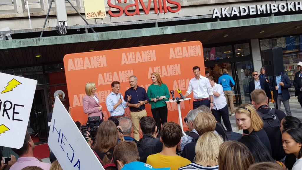 Partileiarane i den borgarlege Alliansen helsa folket på Sergels torg i Stockholm siste dagen før valet. Frå venstre Ebba Busch Thor (Kristdemokraterna), Ulf Kristersson (Moderaterna), Jan Björklund (Liberalerna) og Annie Lööf (Centerpartiet).