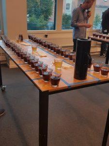 Panelet som skulle dømma konkurransen fekk mykje godt å smake på. Foto: Privat