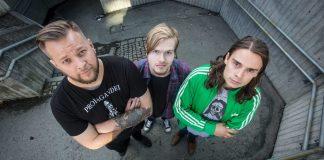 Frå venstre P3-programleiar Jørn Kaarstad, årdølen Bård Linga (i midten) og Olav Dowkes skal varma opp for Metallica når dei legg ut på europaturnè i sommar. Foto: Erlend Laanke Solbu
