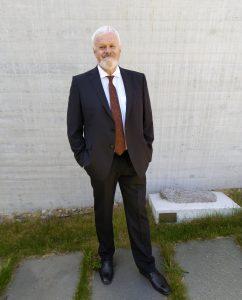 Direktør i Nynorsk kultursentrum, Ottar Grepstad, går av med pensjon og gjev stafettpinnen vidare til Per Magnus Finnanger Sandsmark i november. Foto: Sunniva Lund Osdal