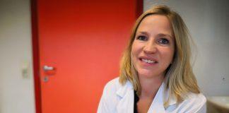 Kirurg og høyrselsspesialist Jeanette Hess-Erga ved Haukeland sjukehus viser fram spesialøyrepluggar som skal beskytte høyrsla di. Foto: Snorre Sandemose
