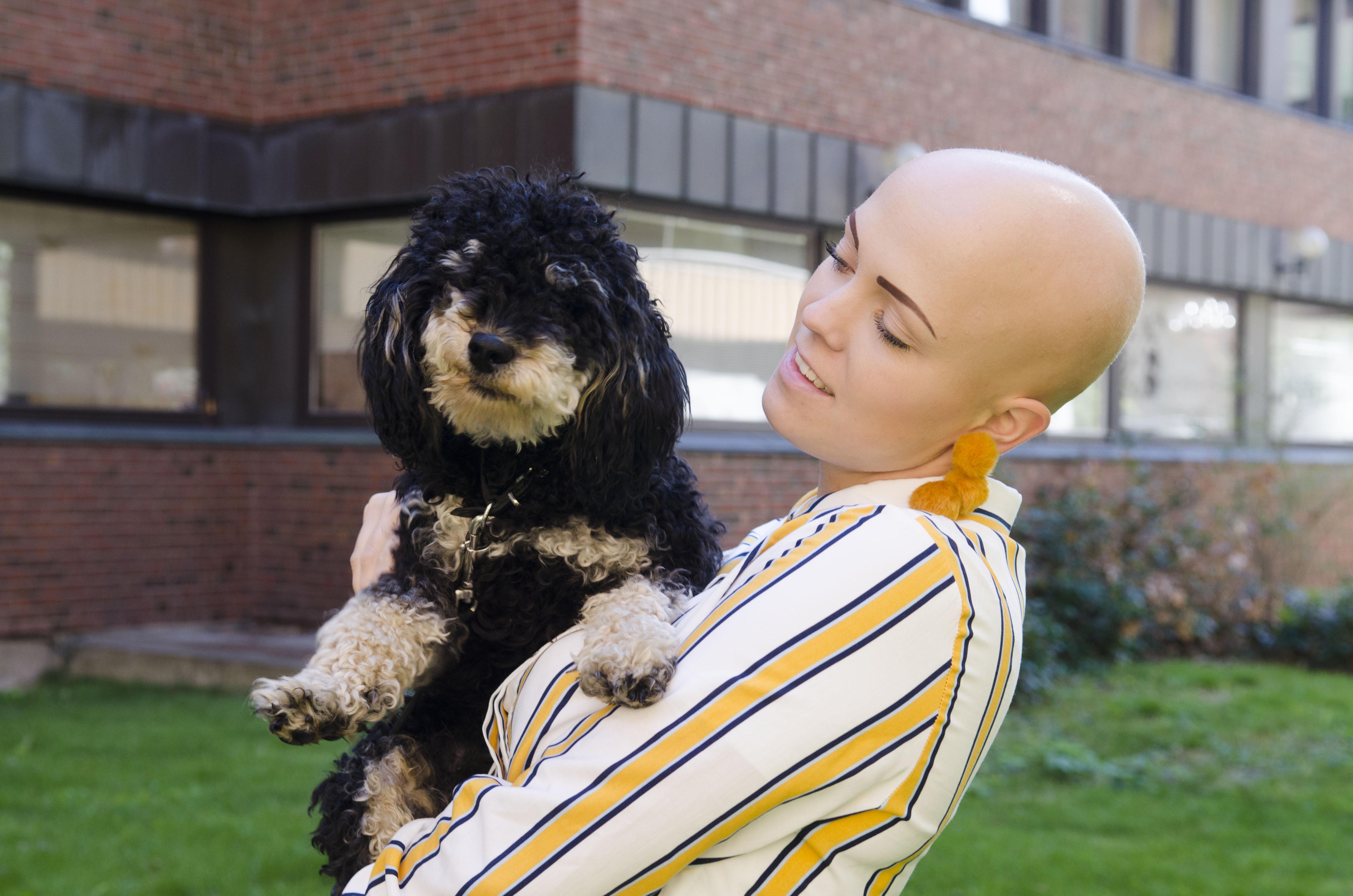 Til dagleg studerer Maria Saxegaard andre året på Kunsthøgskulen i Oslo, der ho fordjupar seg i visuell biletkunst. Heime ventar hunden Albus.