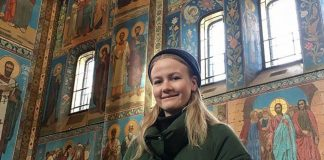 Johanne Furnes (23) i oppstandelseskyrkja i St. Petersburg. Foto: Privat