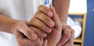 Illustrasjonsbilde av hender til helsepersonell og pasient