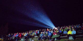 Dei tusen påmelde deltakarane på Fjellfilmfestivalen får i år servert katastrofefilmen «Skjelvet» på utandørskino ved Gjendesheim i Jotunheimen. Foto: Eivind Haugstad Kleiven