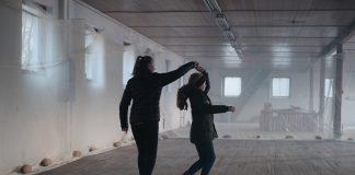 STORDAL SPRINGAR: Eit viktig mål med danseopplæringfilmane er å visa fram mangfaldet av folkedansar som finst og inspirera fleire til å dansa folkedans. Her Stordal springar frå Tafjord i Møre og Romsdal. Foto: Halldis Folkedal / Noregs Ungdomslag