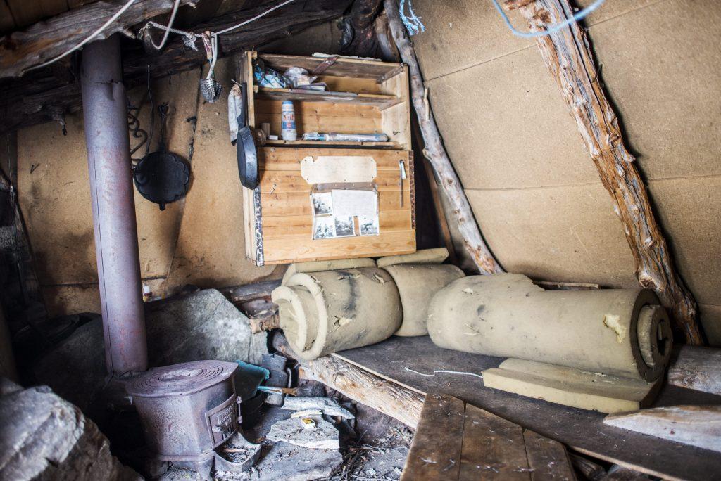Nokre hytter har meir komfort enn andre. Her har hyttebyggjarane bore med seg finérplater og madrassar. Foto: Marius Nergård Pettersen
