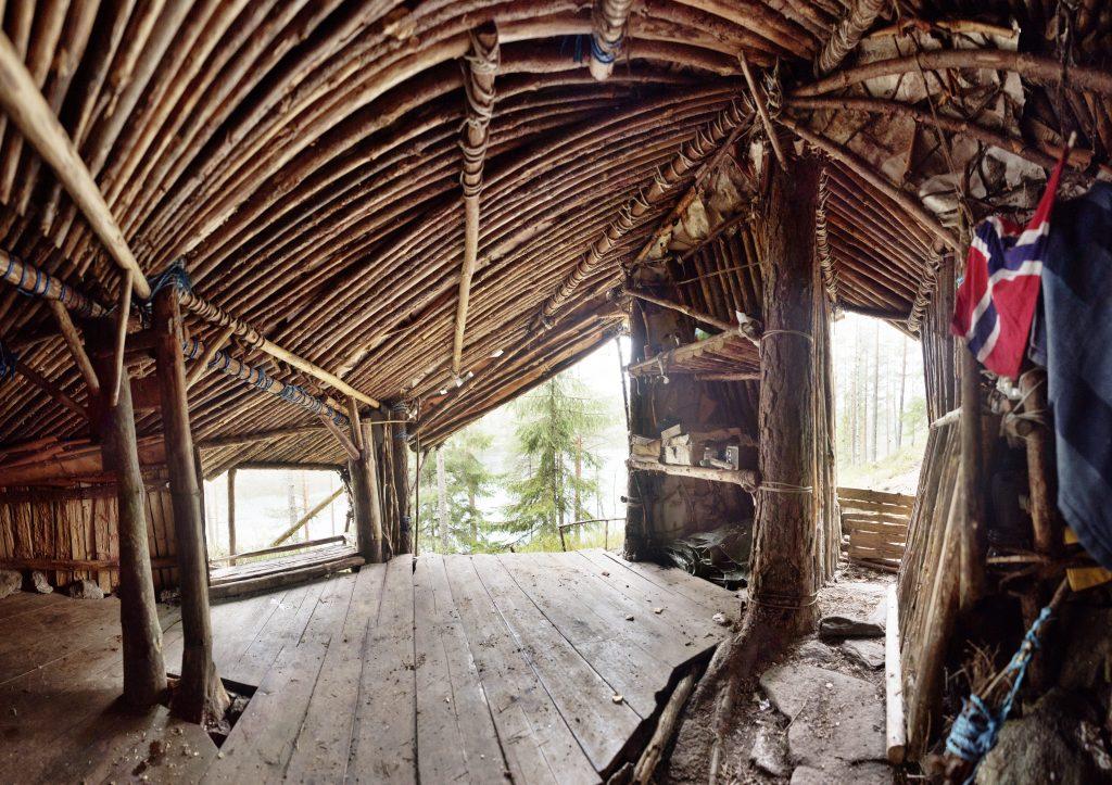 Dei hemmelege hyttene er ulikt bygd. Byggjeteknikken spenn frå dei heilt enkle til intrikate byggverk av samanknytte stokkar. Foto: Marius Nergård Pettersen