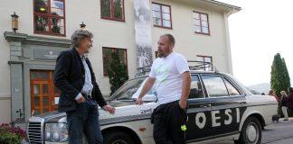 Sidan starten i 2004 har Ted Martin Granlund (t.h) køyrt rundt i heile landet og formidla dikt til tusenvis av ungdommar. Her saman med dagleg leiar av Hauge-senteret i Ulvik, Geir Netland under opninga av senteret i 2014. (Foto: Margunn Sundfjord / NPK).
