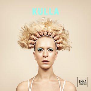 Thea Hjelmeland fann hårbøyelen som prydar «Kulla» på Instagram. Den er laga av ein australsk kunstnar, som sende den til Noreg – For meg handlar biletet om indre demonar, korleis vi tar mange forskjellige roller samtidig som vi er same person, seier ho. Foto: Trine Hisdal / Handout