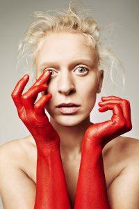 Thea Hjelmeland er klar med plata «Kulla» – der ho brukte dryge skildringar med humor i tekstar følgt av melodiøs, dansbar indiepop. Foto: Trine Hisdal / Handout