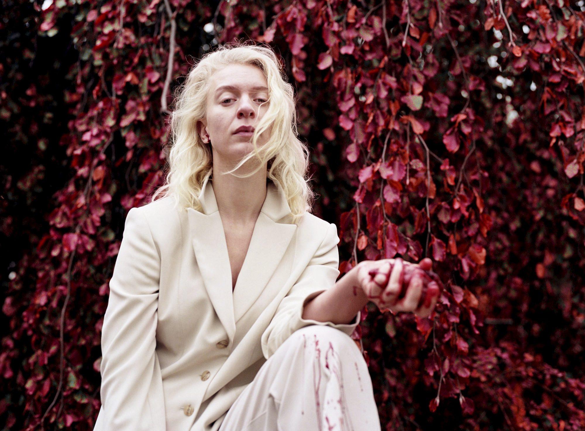 Dagsavisen kallar Thea Hjelmeland si tredje plate ein «dramatisk poptriumf». Foto: Foto: Linn Stokkedal / Handout