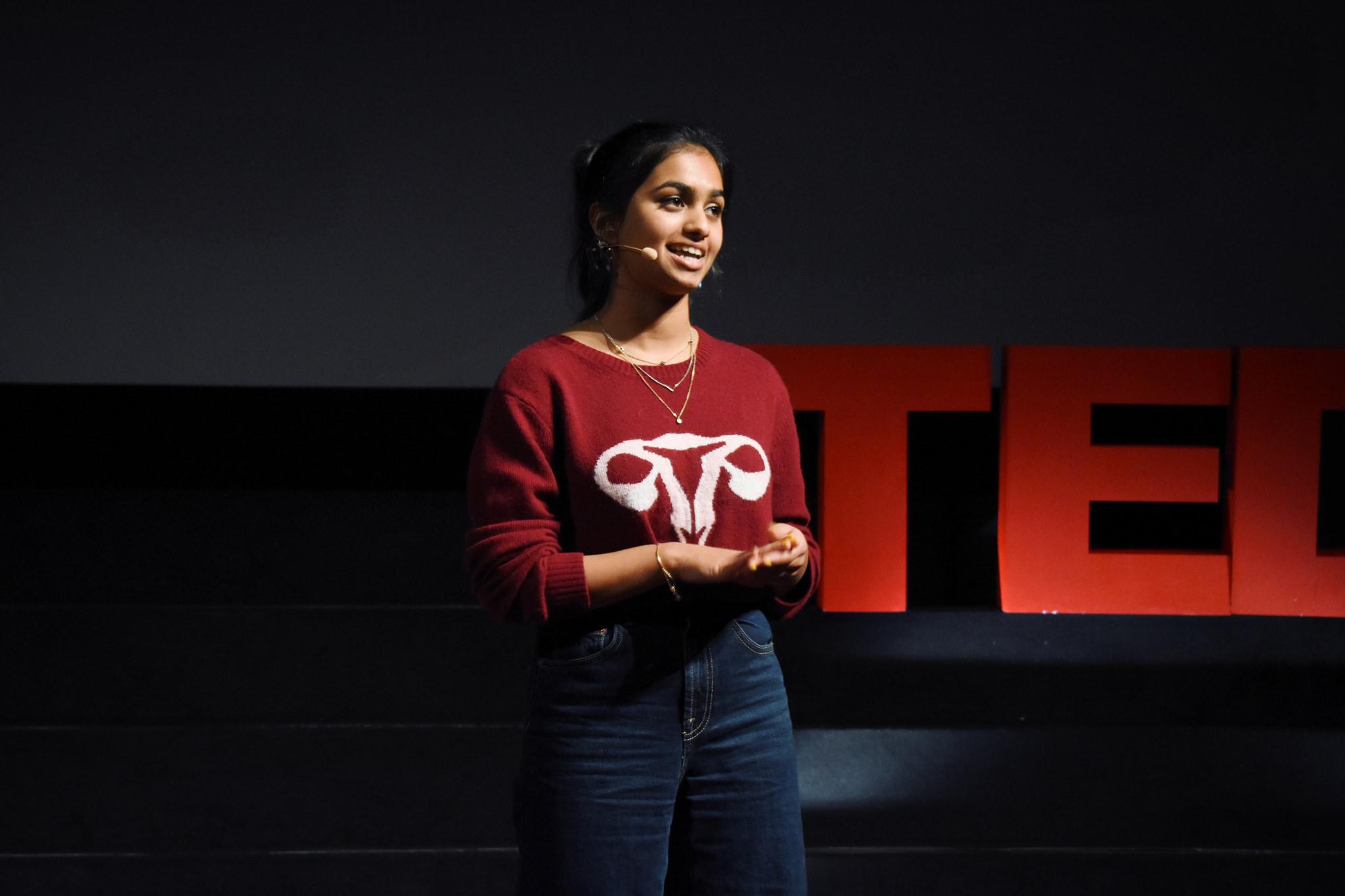I fjor deltok Amika George på ein TEDx-arrangement der ho fortalte om #freeperiods. Foto: Wen-Yu Weng, TEDx CoventGardenWomen