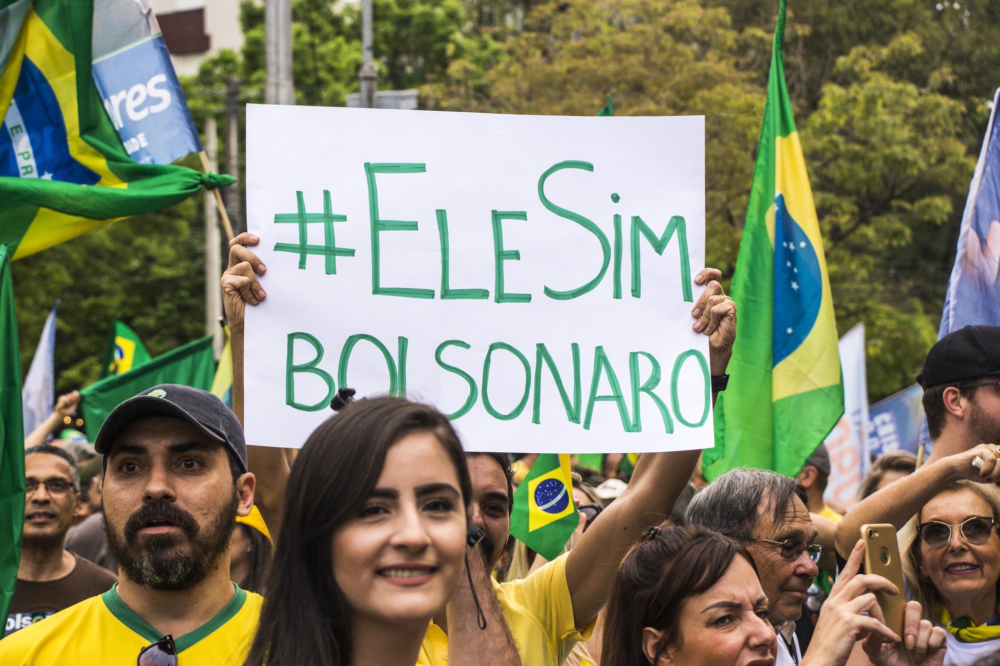 Medan motstandarane av Jair Bolsonaro robar #elenao, går forkjemparane under parola #elesim. Foto: Bernardo Speck, Flickr