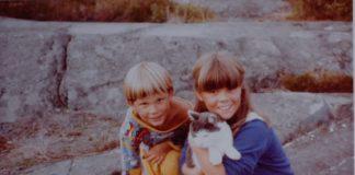 Torstein og Ellen Ugelstad som små på svaberg med katt.