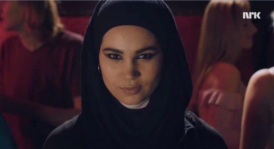 Sana frå Skam synte ei ung, norsk muslimsk jente som freista å balansere kvardagen med religionsutøvinga si. Foto: NRK