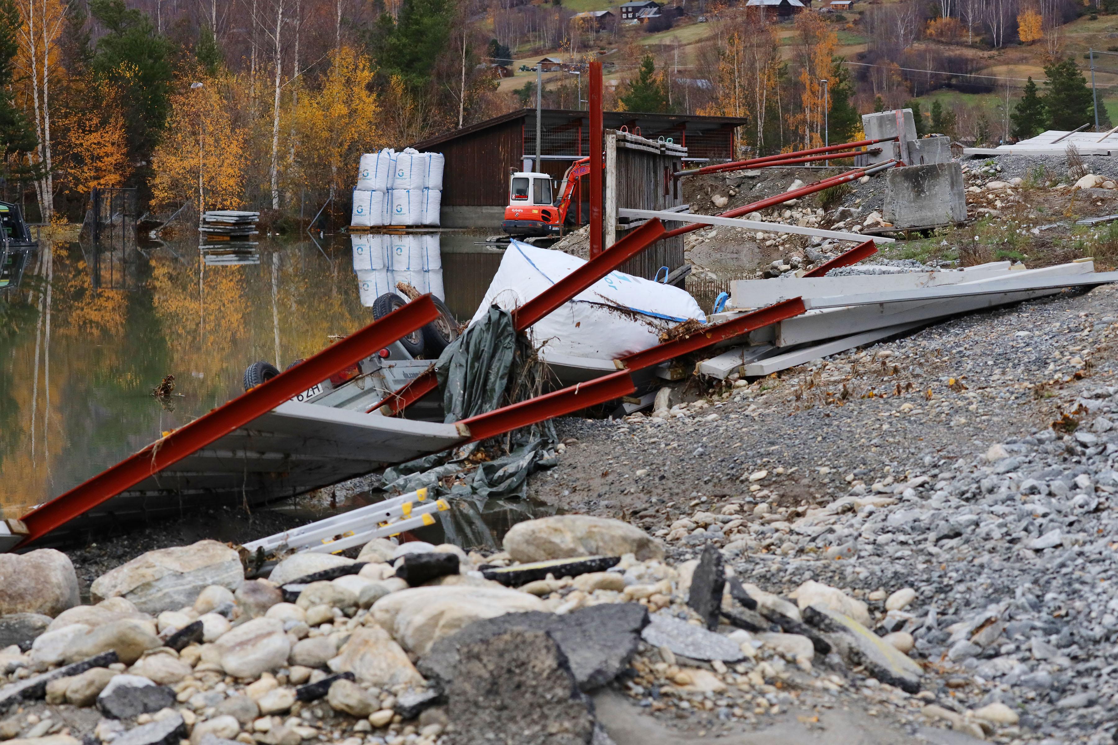 Store øydeleggingar på industrifeltet i Bismo, mildvêr og mykje regn har gitt vårflaum-tilstandar på seinhausten. Foto: Ørn Borgen / NTB scanpix / NPK