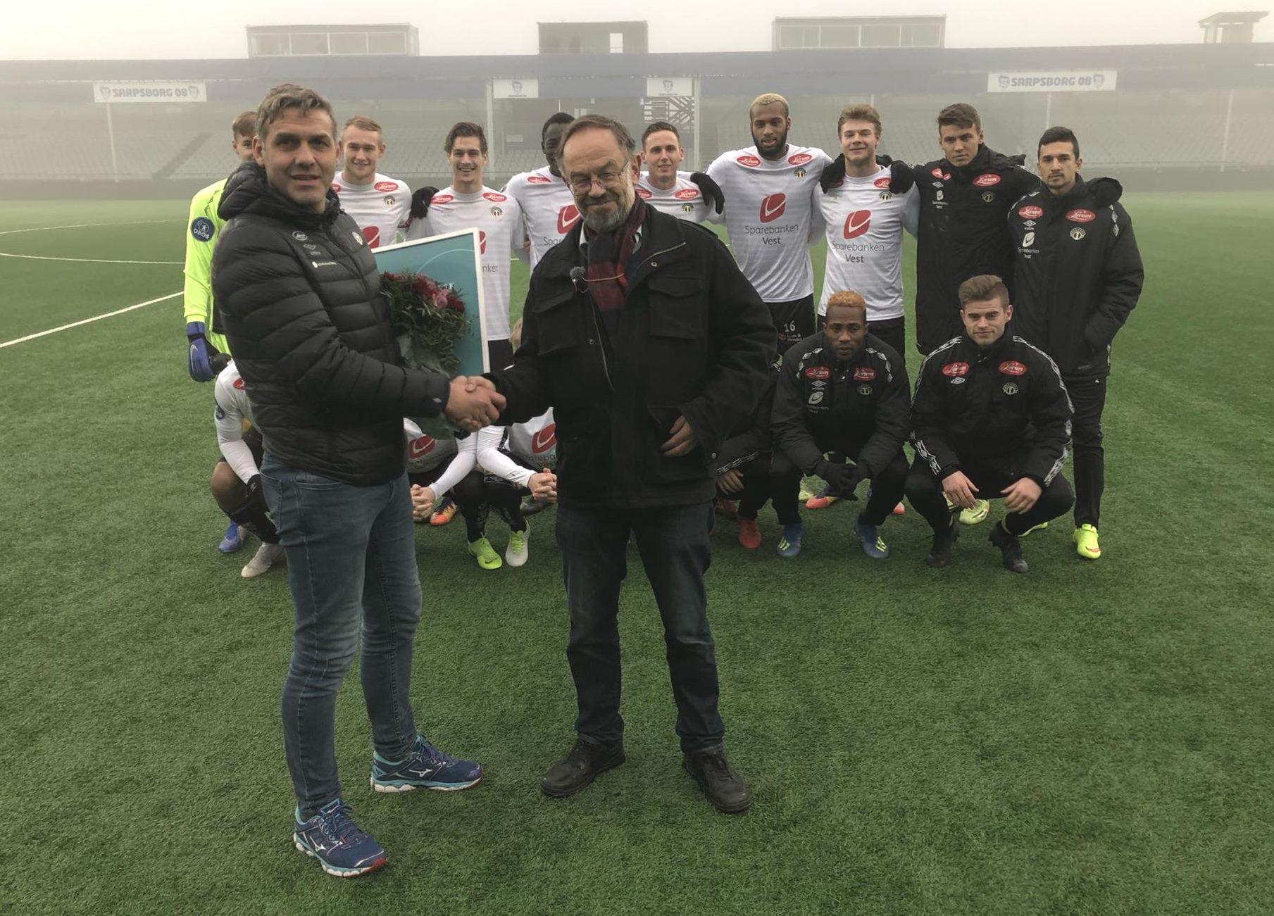 Håvard Flo (t.v), sportssjef for Sogndal Fotball, tek mot Nynorsk næringslivspris 2018 frå Magne Aasbrenn, leiar i Noregs Mållag. (Foto: Lotte Olsen Jessa / NRK)