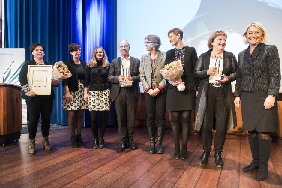 Kommunalminister Monica Mæland (til høgre) delte ut klarspråkprisane 2018 til Hå kommune, Utlendingsnemnda og Connie Slettan Olsen (til venstre). Foto: Difi