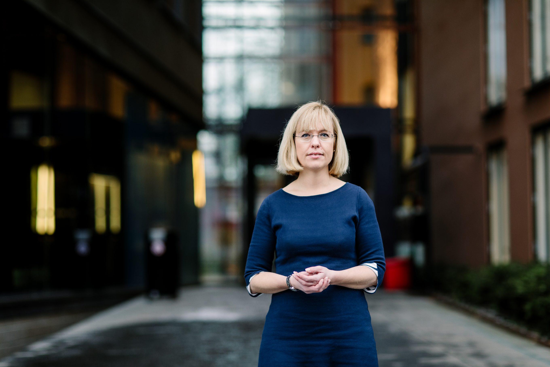 Språkrådet og språkdirektør Åse Wetås meiner den nye læreplanen kan svekkje den samla norskkompetansen til elevane. Foto: Moment Studio/Språkrådet