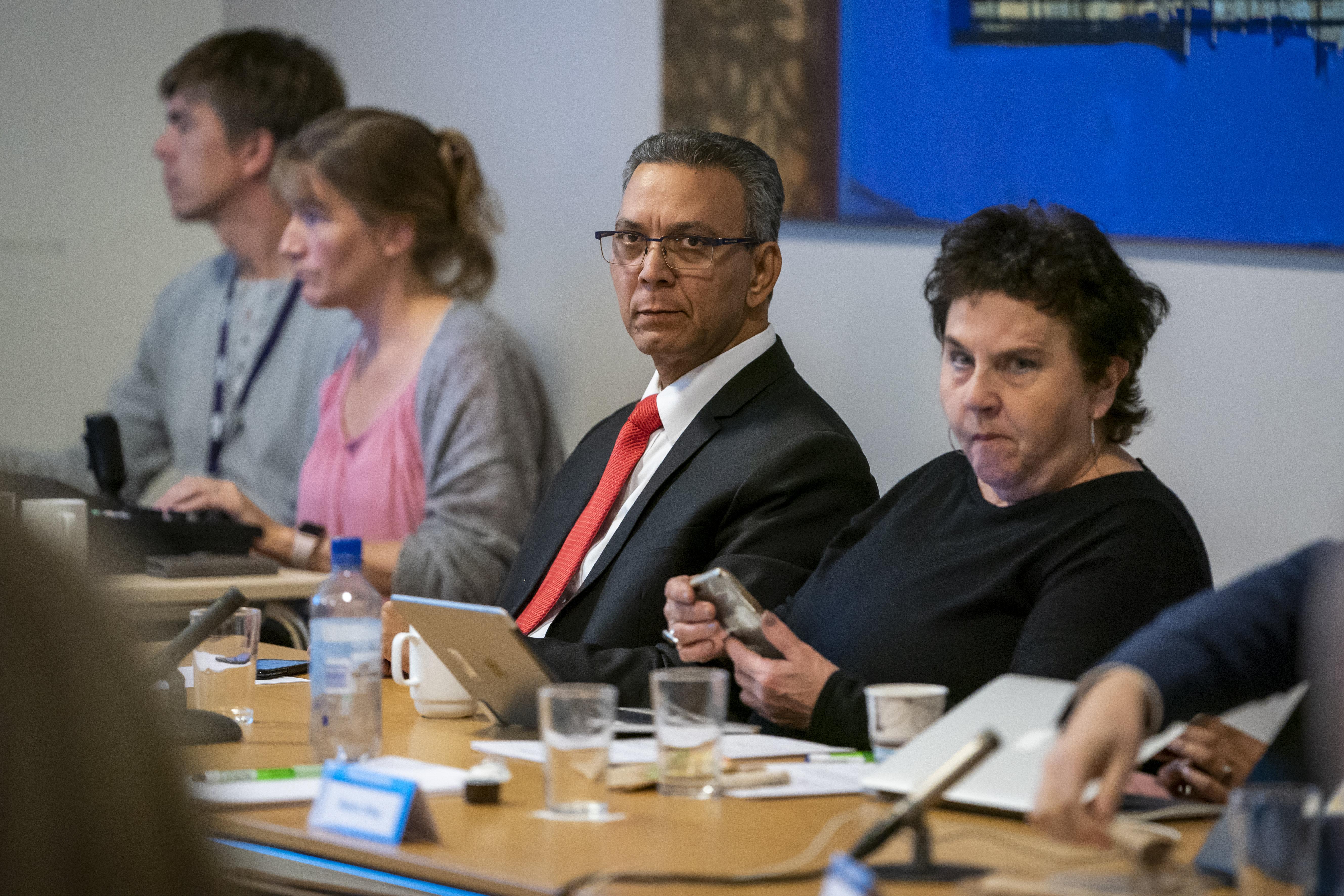 Akhtar Chaudhry, her saman med Tove Karoline Knutsen under møtet i Kringkastingsrådet. Foto: Heiko Junge / NTB scanpix / NPK