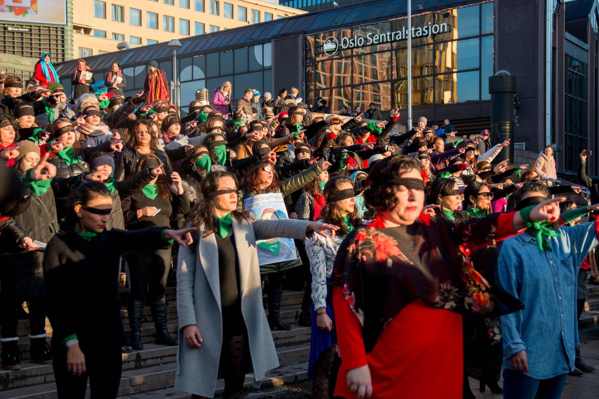 """Flashmob av """"Un violador en tu camino - Lastesis"""" ved Jernbarnetorget, Oslo 2019. Foto: Ingvild Eide Leirfall"""