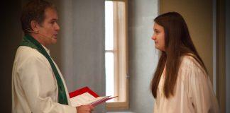 Ungdommar i Stord kyrkje til dåp framfor døypefonten.