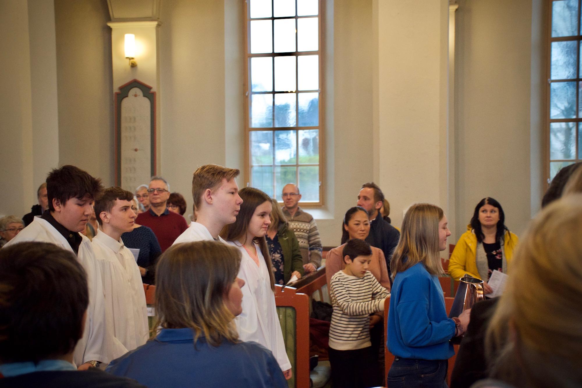 Ungdommane gjekk inn i prosesjon då kyrkja byrja.