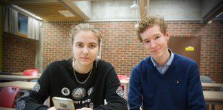Joanna Piszizatowska (18) er den einaste i klassen som har brukt sosiale medium til å skriva om politikk i år. Ein ny studie fortel kvifor så få unge skriv om politikk i sosiale medium.